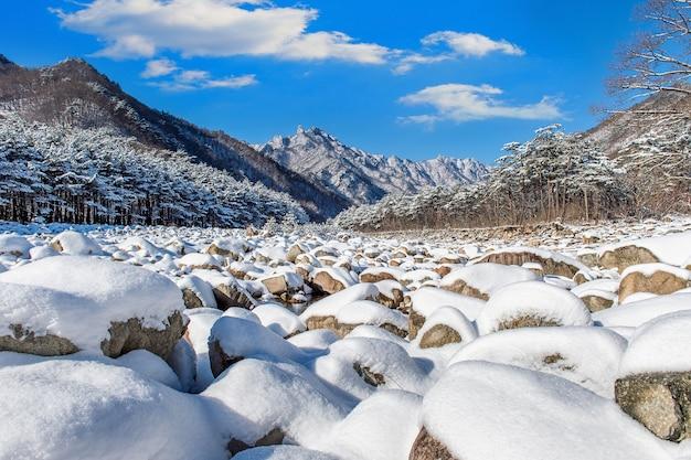 Горы сораксан зимой покрыты снегом, южная корея