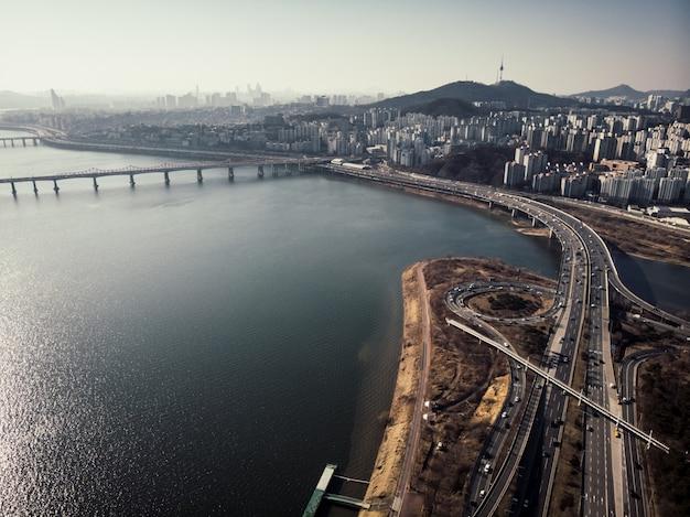 空撮から見たソウル市。川、高速道路、タワー