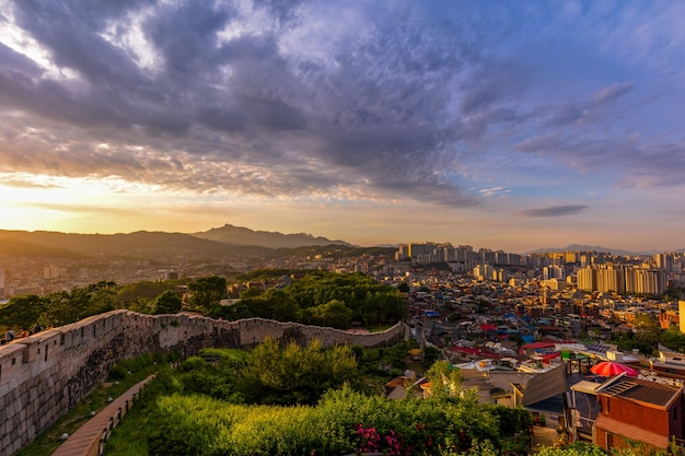韓国ソウルの古代の壁がある駱山公園のソウル市のスカイラインの場所