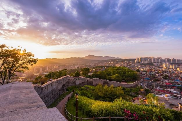 韓国ソウルの古代の壁がある駱山公園のソウルシティスカイラインサンセットロケーション