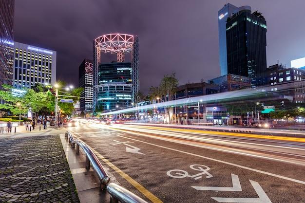 Движение в сеуле ночью с башни чонно южная корея