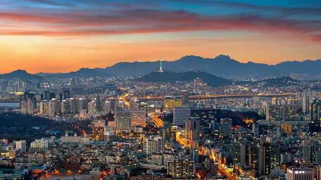 한국의 황혼에서 서울 풍경.