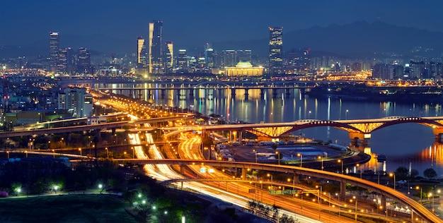 Городской пейзаж сеула в сумерках, южная корея.