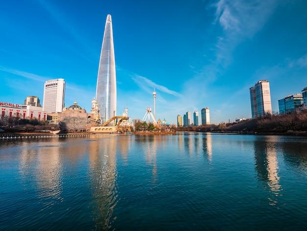 Сеул, южная корея: 8 декабря 2018 года. прекрасное архитектурное здание башня лотте - одна из достопримечательностей сеула.