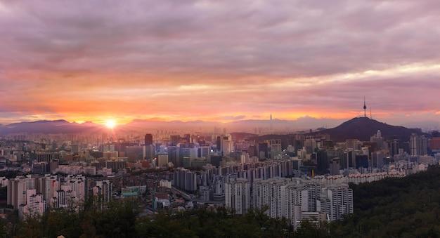 ソウルタワーと日の出のソウル韓国シティスカイライン。