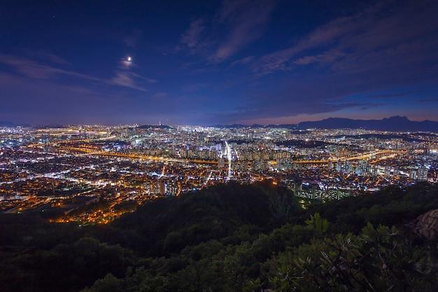 서울 타워와 서울, 한국 시내의 스카이 라인