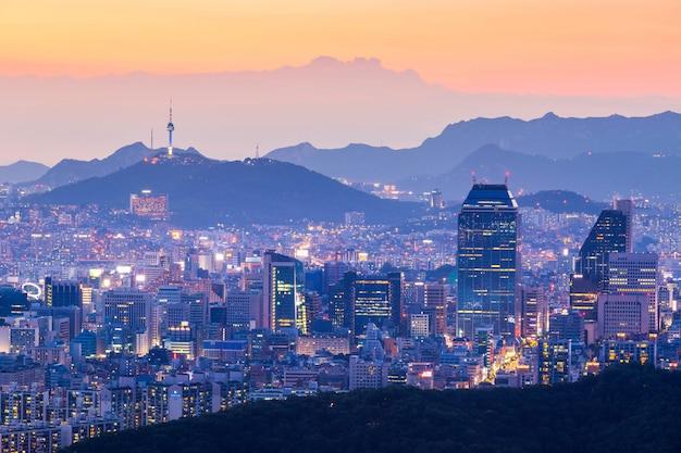 서울 타워와 고층 빌딩, 밤에 아름 다운 빛의 도시, 서울, 한국.