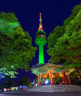 韓国、ソウルの夜のソウルタワー。