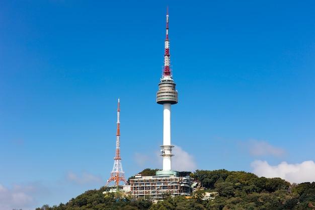 서울 타워 서울, 한국에서 푸른 하늘 흰 구름과 남산에 위치하고 있습니다.