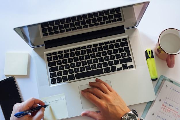Отдельный рабочий стол от ноутбука. дистанционное обучение. карантин, самоизоляция. онлайн-обучение, удаленная работа, онлайн-конференции. концепция цифровых кочевников, домашнего офиса, ведения блога.