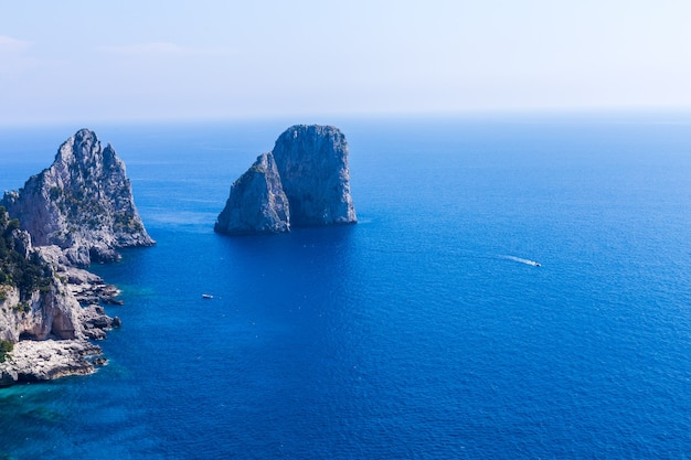 海を背景に岩を分離する
