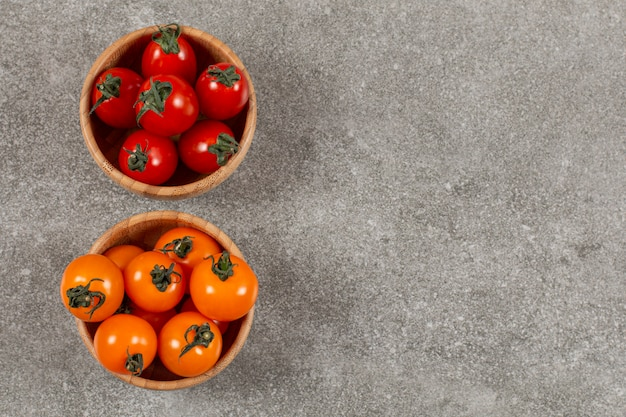 분리 된 색상. 녹색과 노란색 체리 토마토.