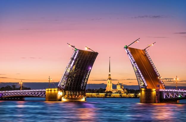 Раздельный дворцовый мост в санкт-петербурге и петропавловская крепость