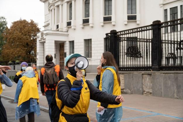 19 сентября 2021 года, киев, украина. люди на марше гордости с яркими радужными символами