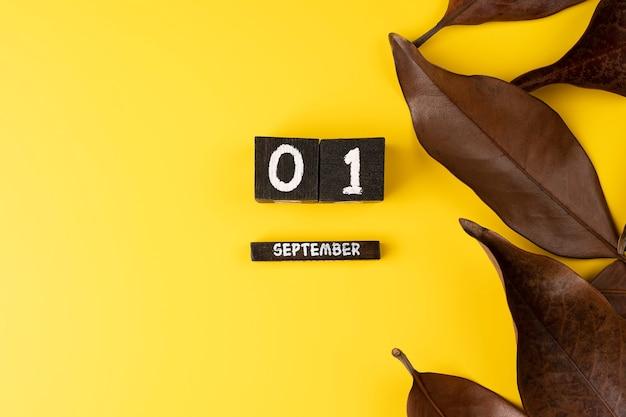 9月1日。 9月1日木製カラーカレンダー黄色の背景の画像。テキスト用の空のスペース。