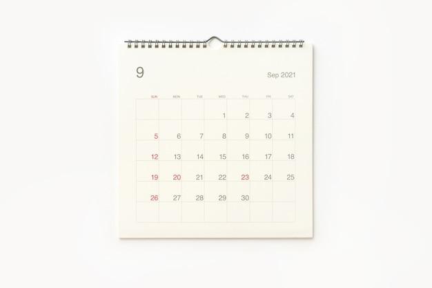 Страница календаря сентября 2021 года на белом фоне. фон календаря для напоминаний, бизнес-планирования, встреч и мероприятий.
