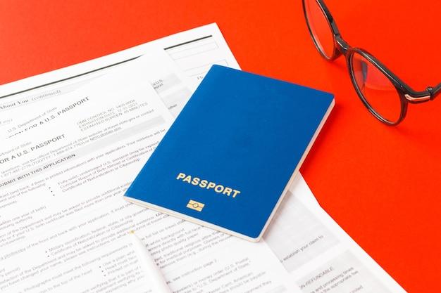 2021년 9월 21일, 미국. 새 미국 여권, 빨간 펜, 흰색 배경에 안경을 받기 위한 신청서. 미국 문서. 비즈니스 테마입니다. 선택적 초점입니다.