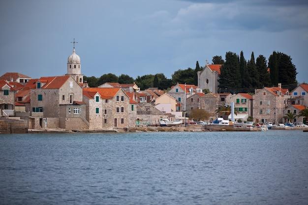 Сепурин, остров првич, старинная деревня фермеров и рыбаков на адриатическом побережье в хорватии.