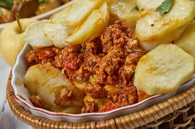 세르비아 감자 무사카, 발칸 요리, 전통 모듬 요리, 최고의 전망.