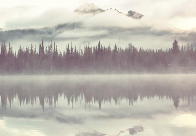 Безмятежное красивое озеро в утренних горах, орегон, сша.