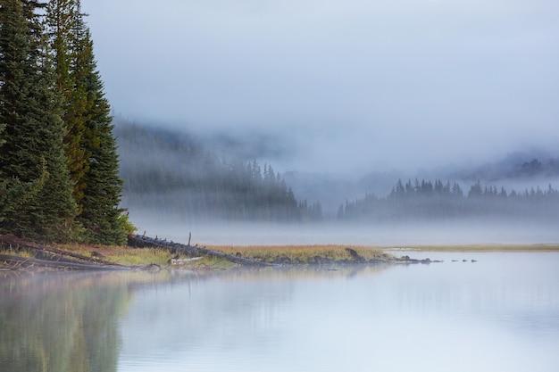 아침 산, 오레곤, 미국에서 고요한 아름다운 호수.