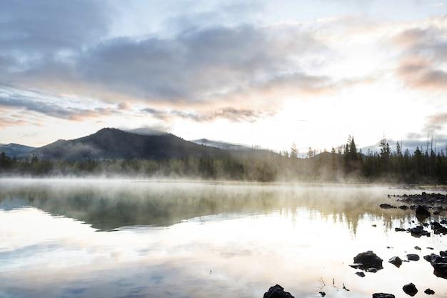 朝の山、オレゴン、米国の穏やかな美しい湖。