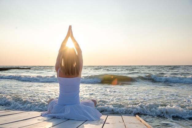 海で練習する静けさとヨガ。日の出
