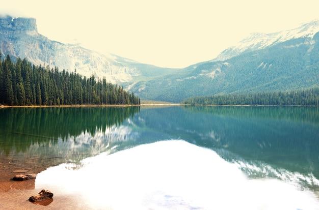 カナダのヨーホー国立公園にあるセレニティエメラルド湖。 instagramフィルター