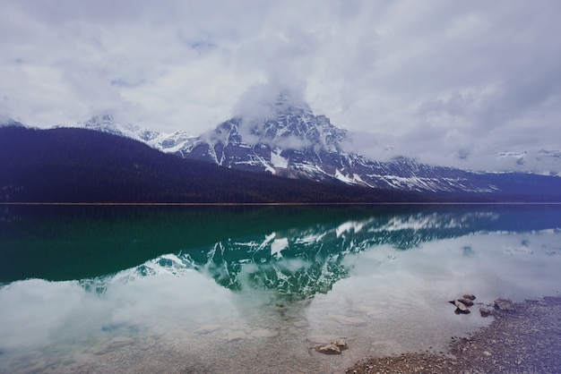 カナダのヨーホー国立公園にあるセレニティエメラルド湖。