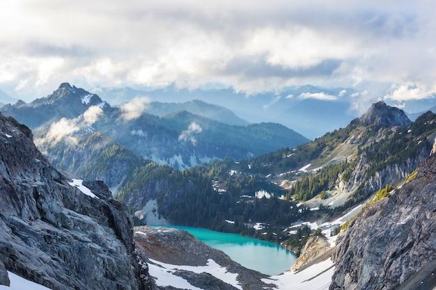 夏の山の静けさの湖。美しい自然の風景。