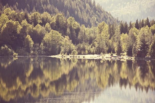 夏の山の静けさの湖。