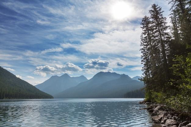 山の中の静けさの湖