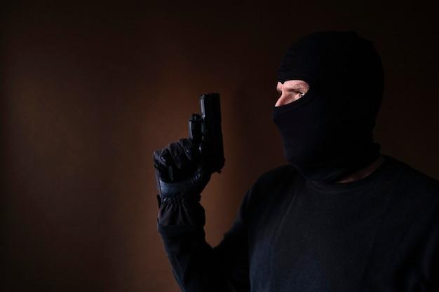 銃を手に家に侵入した白人泥棒のシリーズ。
