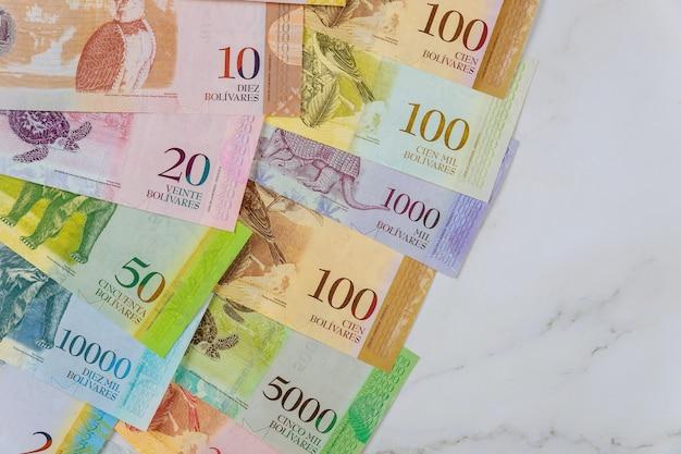 Серия банкнот с валютой различных бумажных купюр венесуэльский боливар