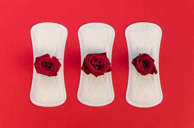 赤いバラと生理用ナプキンのシリーズ