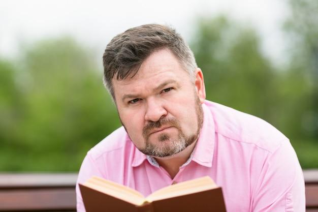 真面目な大人の男が本を読んでいます