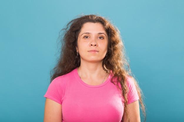 캐주얼 티셔츠에 심각한 성인 여성