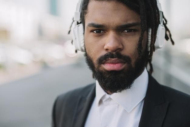 Vista frontale dell'uomo d'affari afroamericano serio