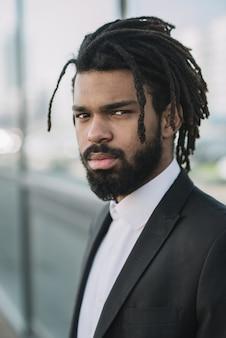 Ritratto serio dell'uomo d'affari afroamericano