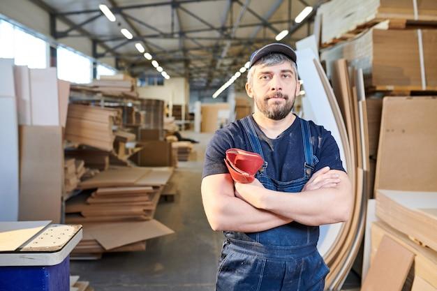 Серьезный сборщик мебельной фабрики