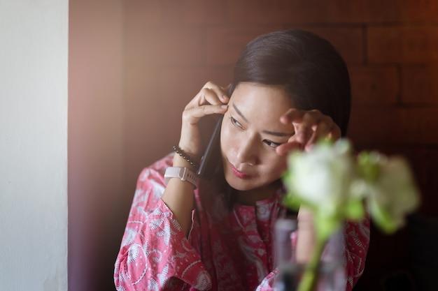 휴대 전화에 얘기하는 심각한 아름다운 여자