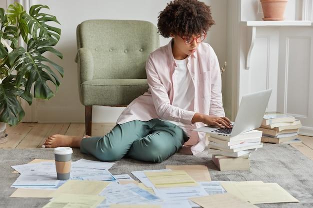 Il manager amministrativo femminile giovane nero serio pensa alla strategia di imprenditorialità di successo