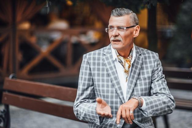 Серьезный деловой человек в модном стильном клетчатом костюме