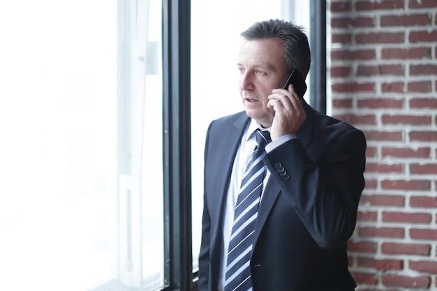 電話で話している真面目なビジネスマン