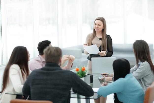 Серьезная деловая женщина на брифинге с бизнес-командой