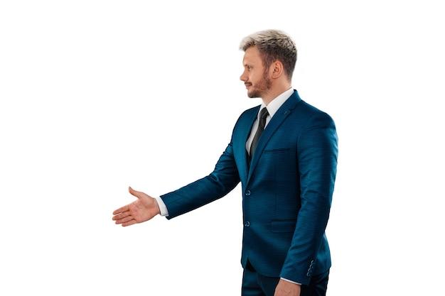 Серьезный бизнесмен в жесте рукопожатия деловой костюм изолирован