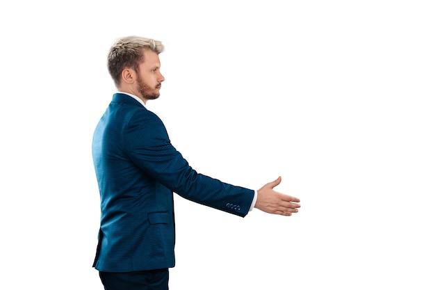 Серьезный бизнесмен в жесте рукопожатия деловой костюм