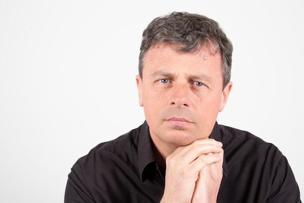 真面目な実業家の肖像画成功した中年マネージャービジネス男立っています。