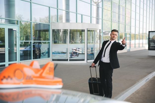 空港の外を歩く真面目なサラリーマン