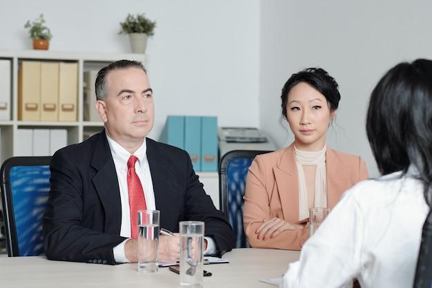 면접에서 지원자의 말을 경청하는 진지한 회사 관리자